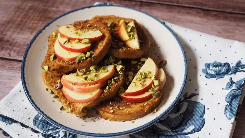 Franču grauzdiņš ar āboliem, kanēli un pistācijām